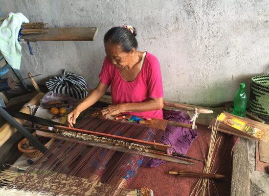 布を織る女性
