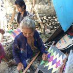 手織り布をつくる村人