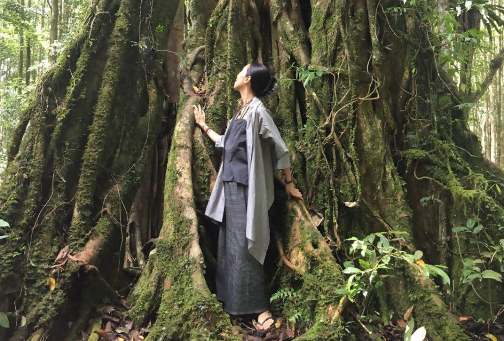 TAKSU AMANATの服を着た女性