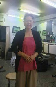 TAKSU AMANATの服を試着する散髪屋のお嬢さん