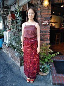 TAKSU AMANATの服を試着するルナキャッスルのオーナーさん