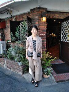 TAKSU AMANATの服を着たシャンティ
