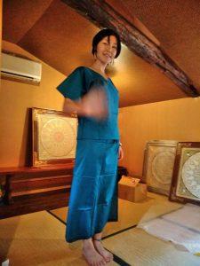 TAKSU AMANATのお洋服を試着する女性