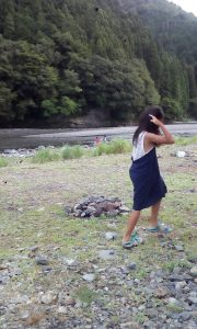 TAKSU AMANATのロングスカートをワンピース風に着ている女の子