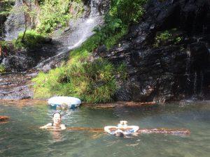 滝つぼで泳ぐふたり