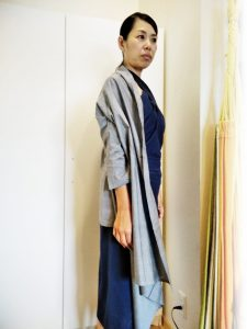 TAKSU AMANATの3点セットを着た女性